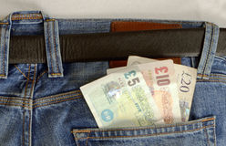 Banknoty w niebiescy dżinsy kieszeni Zdjęcia Royalty Free