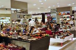 Bankok, Tailândia: Boutique dos calçados no mundo central Fotos de Stock