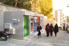Bankomat i den Istiklal gatan/Beyoglu, Istanbul Royaltyfri Bild