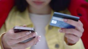 Bankoverdracht of betaling door krediet en debetkaart stock footage