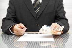 Bankowiec ofiary pieniądze jeżeli ty podpisujesz kontrakt zdjęcie stock
