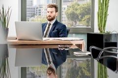Bankowiec pracuje przy biurem obraz stock