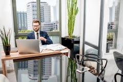 Bankowiec pracuje przy biurem fotografia royalty free
