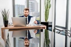 Bankowiec pracuje przy biurem zdjęcia stock