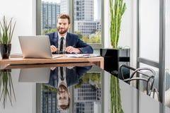 Bankowiec pracuje przy biurem zdjęcie royalty free