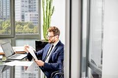 Bankowiec pracuje przy biurem obraz royalty free