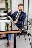 Bankowiec pracuje przy biurem zdjęcia royalty free