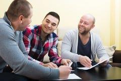 Bankowość agent wyjaśnia szczęśliwych terminy Zdjęcie Royalty Free