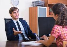Bankowość agent z ładnej oferty ordynacyjnym klientem Obrazy Stock