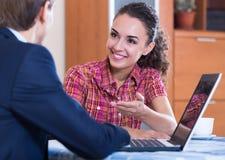 Bankowość agent z ładnej oferty ordynacyjnym klientem Obraz Stock