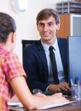 Bankowość agent z ładnej oferty ordynacyjnym klientem Obraz Royalty Free