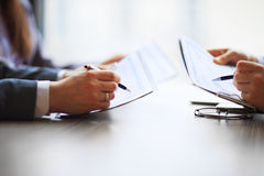 Bankrörelseaffär eller skrivbords- redovisningsdiagram för finansiell analytiker Royaltyfria Foton