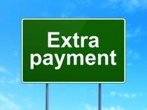 Bankrörelsebegrepp: Extra betalning på vägmärkebakgrund arkivbilder