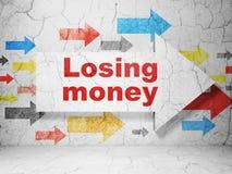 Bankrörelsebegrepp: pil med förlorande pengar på grungeväggbakgrund Arkivbild