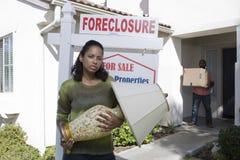 Bankrotte Paare, die aus Haus heraus sich bewegen Stockbilder