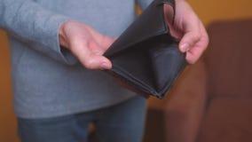 Bankrotte Rückstände des Mannes, die leere Geldbörse ohne Geld zeigen Armut Finanzgeschäfts-Konkurskonzept männliche Schuld stock footage