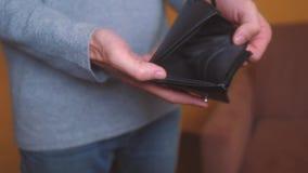Bankrotte Rückstände des Mannes, die leere Geldbörse ohne Geld zeigen Armut Finanzgeschäfts-Konkurskonzept männliche Schuld stock video