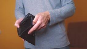 Bankrotte Rückstände des Mannes, die leere Geldbörse ohne Geld zeigen Armut Finanzgeschäfts-Konkurskonzept Mannschuld stock video