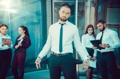 bankrupt Een jonge mens in zwarte broeken en een witte overhemdsdemonen stock afbeelding