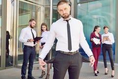 bankrupt Een jonge mens in zwarte broeken en een witte overhemdsdemonen royalty-vrije stock afbeelding