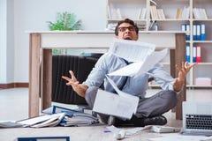 Bankrutujący biznesmen gniewny w biurowej podłoga obraz stock