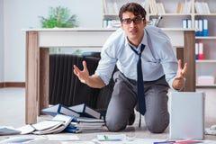 Bankrutujący biznesmen gniewny w biurowej podłoga fotografia royalty free