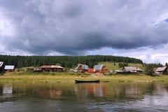 banks chusovayaflodbyn Fotografering för Bildbyråer