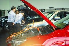 BANKSAN THAISE het Laden van JUNI 2018 batterijauto met menseninspectie Stock Foto's