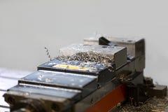 Bankschroefhouder binnen CNC machine met metaalspaanders stock foto