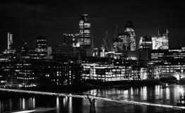 从Bankside的伦敦地平线城市在晚上 库存照片