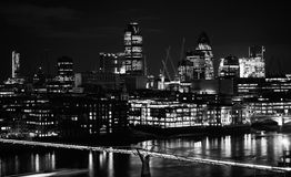 Город горизонта Лондона от Bankside на ноче Стоковое Фото