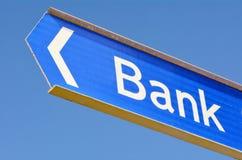 Bankstraßenschildbeitrag Stockfotos