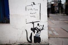 Banksy的'伦敦不在市伦敦运作街道画' 免版税库存照片