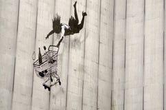 Banksy fallande shopparegrafitti, London Fotografering för Bildbyråer
