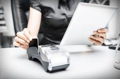 Bankterminal en tabletpc Stock Afbeeldingen