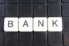 Banktext-Wortkreuzworträtsel Alphabetbuchstabe blockiert Spielbeschaffenheitshintergrund Schwarzer Hintergrund Lizenzfreies Stockbild