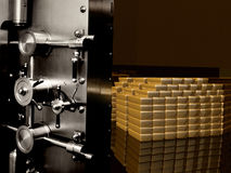 BANKTRESOR-TÜR MIT GOLDBARREN Lizenzfreies Stockfoto