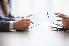 Bankwesen Finanzanalytikerin den tischplattenbuchhaltungsdiagrammen, Stifte zeigt Grafiken an Stockbild