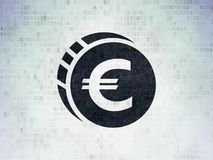 Bankwesenkonzept: Euromünze auf Digital-Daten-Papierhintergrund Stockbild