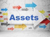 Bankwesenkonzept: Pfeil mit Anlagegütern auf Schmutzwandhintergrund Lizenzfreie Stockfotos