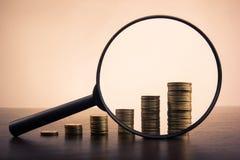 bankwezen Ga naar Bank Gouden kolommen van muntstukken op witte achtergrond Gestemd beeld Royalty-vrije Stock Afbeelding