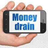 Bankwezenconcept: Handholding Smartphone met Geldafvoerkanaal op vertoning Royalty-vrije Stock Foto