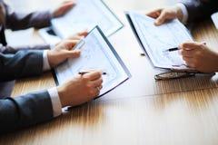 Bankzaken of financieel analist de grafieken van de Desktopboekhouding Stock Afbeelding