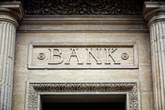 Bankzeichen auf Gebäude Lizenzfreies Stockfoto
