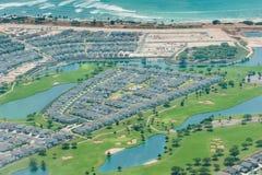 Banlieue de Honolulu près d'aéroport avec le terrain de golf Image stock
