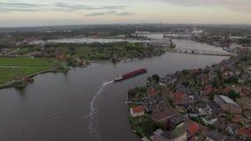 Banlieue noire néerlandaise sur la berge, vue aérienne banque de vidéos