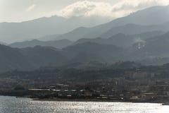 Banlieues et montagnes de Messine Sicile Photo stock