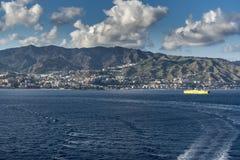 Banlieues et montagnes de Messine Sicile Photographie stock