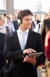 Banlieusard mâle dans la foule photo libre de droits