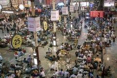 Banlieusards à la gare ferroviaire de Chennai Photo libre de droits